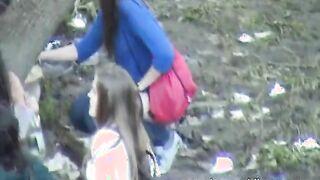 Mädchen pissen nach dem Abschluss am Flussufer und der Verrückte zieht sie aus