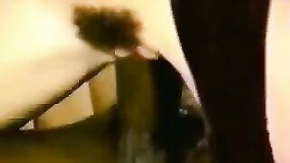 Verdammte Frau betrügt ihren Mann mit einem Nigga (Retro-Video von einer versteckten Kamera aufgenommen)