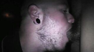 Glatzköpfiger bärtiger Mann saugt einen großen Schwanz in Trance