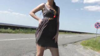 Russisches junges Mädchen wählt nackt auf der Strecke