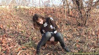 Baba ging durch den Wald und setzte sich, um mit einem engen Strom warmen Urins zu pissen