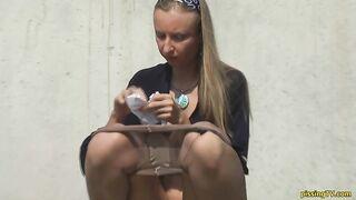 Russische Schlampe zog ihr Höschen und Strumpfhosen und Pisse auf der Straße aus