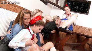 Russischer Porno mit goldenem Gruppenregen und lesbischem Pissen