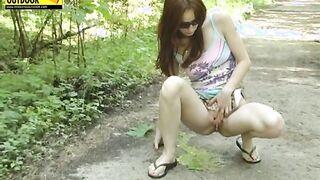 Ein Mädchen in einem Kleid ohne Höschen ging durch den Wald und setzte sich zum Pissen