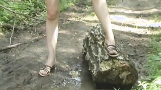 Die junge Frau ging in einen russischen Park und setzte sich, um in die Büsche zu pinkeln