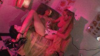 Video als Perverser rasiert die Scham und die Vagina seiner Freundin
