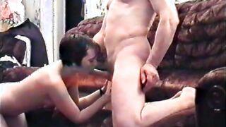 Junge Prostituierte saugt ohne Kondom und nimmt gegen Aufpreis Sperma in den Mund