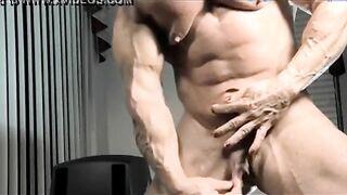 Die muskulöse Frau fingert einen riesigen schwanzartigen Kitzler