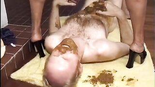 Kopro Demütigung - eine schwarze Frau Mist und verschmiert die Scheiße eines armen Mannes