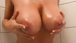 Frau mit 10 großen Brüsten mit Öl verschmiert und begann im Bad zu masturbieren