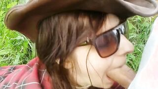 Einlauf goss Milch in das Arschmädchen und pisste auf ihr Gesicht (in einem russischen Dorf)
