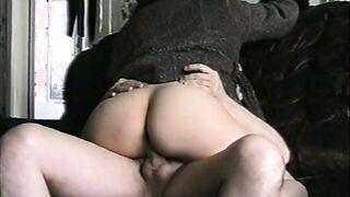 Russischer Amateursex mit seiner Frau an der Spitze (hausgemachter Porno aus den 90ern)