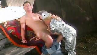 Sportlicher Mann hart fickt eine Zwergenfrau in kleinen Löchern