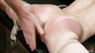 Eine Menge Männer in BDSM BDSM verspottet Pornos über eine Blondine