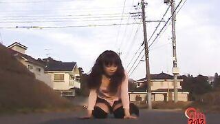 Das Mädchen hob ihren Rock auf der Straße und furzte in die Kamera