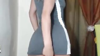 Verheiratete Blondine in einem kurzen Kleid tanzt vor ihrem Geliebten über Skype