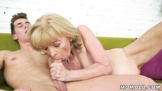 Der Junge leckt die Vagina der alten Großmutter und fickt sie nach Cooney