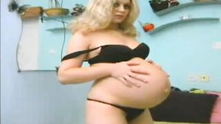 Schwangere Blondine posiert und fingert im privaten Porno-Chat