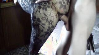 Amateur Sex eines russischen Paares mit seiner Frau in einem Körpernetz aus einem Sexshop