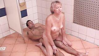 Oma zeigte haarige Fotze und fickte jung in der Dusche des Fitnessraums