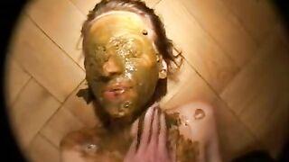 Die Besitzerin demütigt die Haushälterin und rasiert sich das Gesicht
