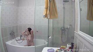 Die Frau masturbiert mit einer Dusche im Badezimmer und der Ehemann entfernt sie mit einer versteckten Kamera