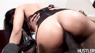 Ebony fickt den kasachischen Pornostar brutal mit einem großen Schwanz