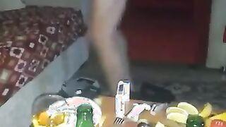 Ein betrunkener Student wird in Nowosibirsk von einem unbekannten Mann auf einem Sneak gefickt