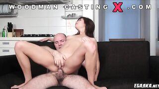 Woodman schlägt beim Porno-Casting ein lockiges Mädchen in den Arsch