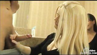 Die Frau sieht zu, wie eine blonde Geliebte den Schwanz ihres Mannes mit der Hand fingert