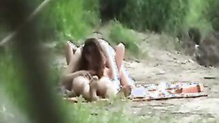 Ein Passant fotografierte heimlich, wie ein junges Paar am Fluss fickt