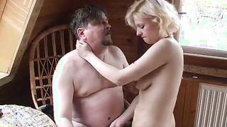 Alter fetter Vater fickt seine blonde Tochter auf dem Land