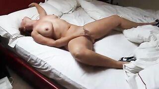 Guck über ein masturbierendes reifes Baby im Schlafzimmer