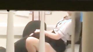 Ein Wachmann leckt die Muschi eines Anwalts am Arbeitsplatz (aufgenommen mit einer versteckten Kamera)