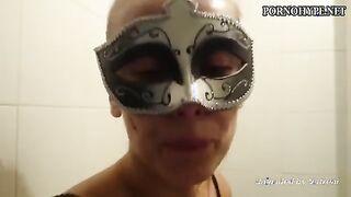 Die maskierte Frau isst Scheiße von der Toilette
