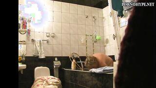 Fette Mutter badet in der Dusche - versteckte Kamera