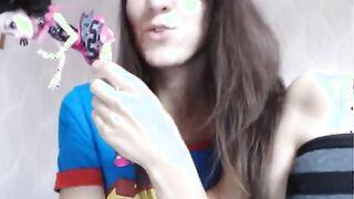 Mädchen masturbiert mit einer Barbie-Puppe vor einer Webcam