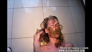 Blonde Scheiße auf ihr Gesicht und verschmiert
