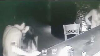 Betrunkenes Mädchen saugt Schwanz in einem Club an der Bar