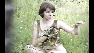 Ein Mann nahm ein pissendes Mädchen im Wald ab