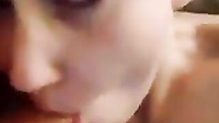 Cumshot weibliche Trance im Gesicht nach dem Blowjob