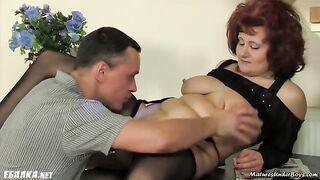 Die alte Frau der Rothaarigen fickt den besten Freund ihres Mannes und macht Cooney