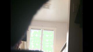 Mutter zieht sich vor der versteckten Kamera ihres Sohnes um