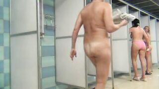 Arsch gefickte Frau mit breiten Hüften in der Dusche mit versteckter Kamera