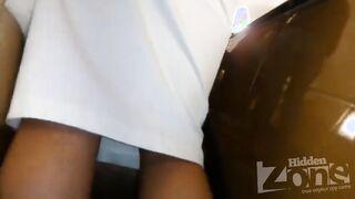 Versteckte weiße Höschen unter dem Rock eines Mädchens auf einer Rolltreppe ausgezogen