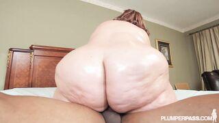 Sehr dicke Frau schluckt einen langen Schwanz in den Bauch
