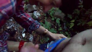 Eine Prostituierte saugt meinen Schwanz für 500 Rubel im Wald