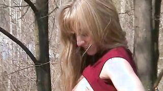 Der russische Exhibitionist zeigt eine nackte Muschi und eine Fingergurke im Park