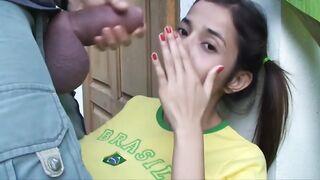 Ein sehr fetter Schwanz zerreißt einem jungen Mädchen den Mund