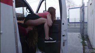 Ein Mann leckt die Muschi seiner Freundin im Auto direkt auf der Straße
